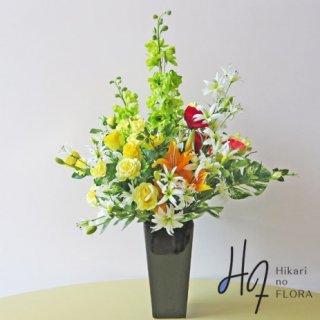 高級造花アレンジメント【ハルバ】グリーンのデルフィニウムがビシッと決まっています。黒色花器にグリーンが冴えます。