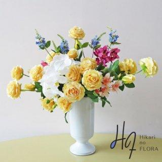 高級造花アレンジメント【デーリア】イエローのバラの中にズバッと白の胡蝶蘭。アートにビュティーに。