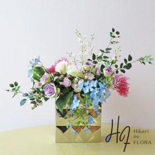 高級造花アレンジメント【アルティナ】ステンレスダイアグラムの花器に、キャスケード型はハイドレンジアやスモークグラスで、エレガントにアレンジしました。