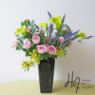 高級造花アレンジメント【キーラ】カラーとシンビジュームの色彩を合わせたことで、全体のリズムも良くなりました。隅々まで計算されつくされた個性的な美しさを持つ高級造花アレンジメントです。