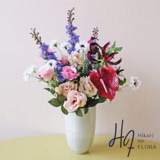 高級造花アレンジメント【マイヤ】グロリオサとアンスリウムの色彩で引き締めて、淡い中に個性的なおしゃれ感をプラスしました。