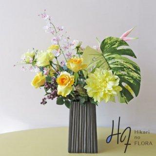 高級造花アレンジメント【ベッティーナ】モダンを訴求して、大きなモンステラリーフってどう!ちょっと挑戦的な高級造花アレンジメントです。おしゃれをどうぞ。