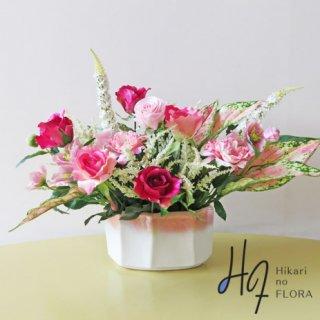 高級造花アレンジメント【デーリア】バキアを入れることでピンク感をより強調しました。素敵な6種のバラも見所です。