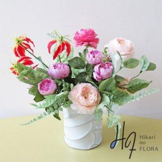 高級造花アレンジメント【カールラ】 可愛く、そしてエレガントにアレンジしました。素敵な高級造花アレンジメントです。