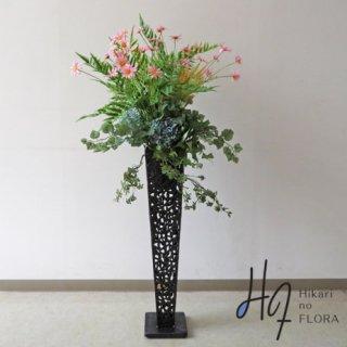 光触媒造花アレンジメント【スタンド70型RD522】可愛いピンクのデージーが、ブッシュの中で可憐に咲く高さ128�横幅60�のスタンド型高級造花アレンジメントです。