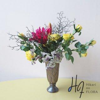 高級造花アレンジメント【ルーチ】ワインカラーの美しいリリーがイエローのローズと共演します。