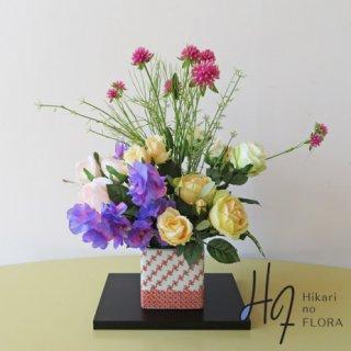 高級造花アレンジメント【九谷焼赤絵・新田智子】赤絵は九谷焼の代表的な色彩済美です。和風空間づくりにいかがでしょうか。