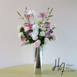 高級造花アレンジメント【シータ】高級ステンレス製の花器に、咲き方が見事なリリィーなど高級造花をアレンジしました。エントランスでも主役級の高さ110�です。