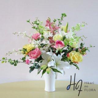 高級造花アレンジメント【ジーナ】伸びたドウダンツツジの枝やベビーファレノがとても良いアクセントになっている、高級造花アレンジメントです。