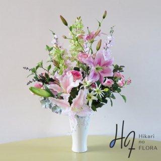 高級造花アレンジメント【ルーナ】13種の花々がエレガントに咲き誇ります。木立性リリィーとデルフィニウム、シンビジュームのグラデーションが素敵な高級造花アレンジメントです。