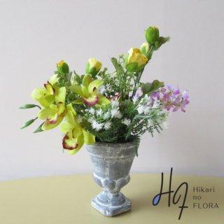 高級造花アレンジメント【ヴァンダ】シンビジュームと可憐な小花たちのアレンジメントです。