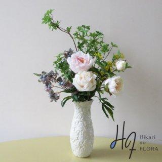 高級造花アレンジメント【レベッカ】豪華にエレガントにピオニー使い。やはり芍薬は絵になりますね。素敵な高級造花アレンジメントです。
