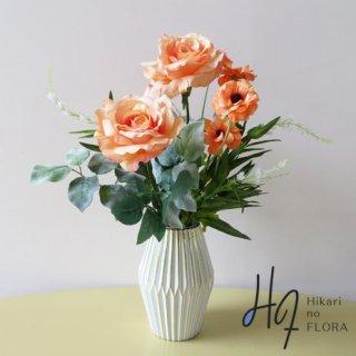 高級造花アレンジメント【ラケーレ】カラーセラピーでは「人を元気にしてくれる色・オレンジ」を使いました。花器もこだわってみました。