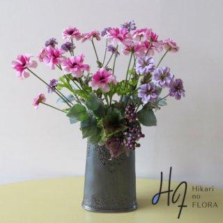 高級造花アレンジメント【ロッサーナ】ナチュラルにそよぐ風をつかまえる、ラナンキュラスのアレンジメントです。