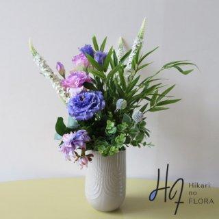 高級造花アレンジメント【メリッケ】グリーンの中にお花を入れました。個性的な高級造花アレンジメントです。