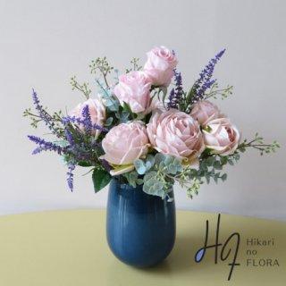 高級造花アレンジメント【ルーチャナ】ガラスの花器にローズをアレンジしました。エレガントな姿を見せてくれます。