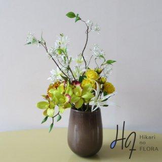 高級造花アレンジメント【マリカ】ガラスの花器にシンビジュームをアレンジしました。ツイッグも入れて型とよくアレンジしました。