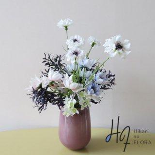 高級造花アレンジメント【ナーディア】ガラスの花器にコーンフラワー・セルリアをアレンジしました。