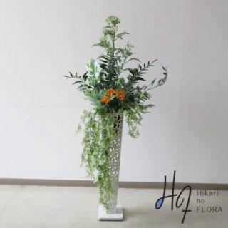 光触媒造花アレンジメント【スタンド70型RD533w】マリーゴールドをちょこっと入れた高さ138�横幅70�のスタンド型高級造花アレンジメントです。