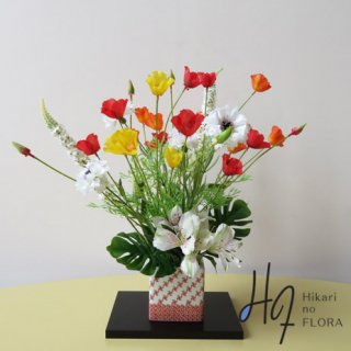 高級造花アレンジメント【九谷焼・新田智子「赤絵小紋」】九谷焼人気作家・新田智子先生の花器に高級造花をアレンジしました。