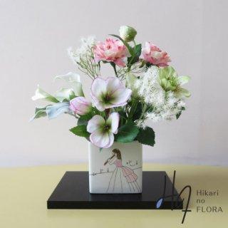 高級造花アレンジメント【九谷焼・武腰美恵子「ミュージック&花束」】九谷焼人気作家・武腰美恵子先生の花器に高級造花をアレンジしました。