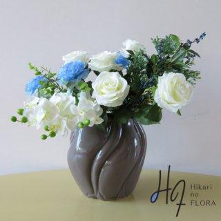 高級造花アレンジメント【レーア】オフホワイトのローズを優美にアレンジしました。ブルーのラナンキュラスがアート感高めます。