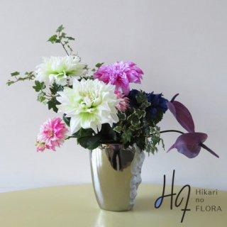 高級造花アレンジメント【グローリア】豪華で力強いダリアは、お祝いごとにも人気です。花器もオシャレなオブジェのようです。