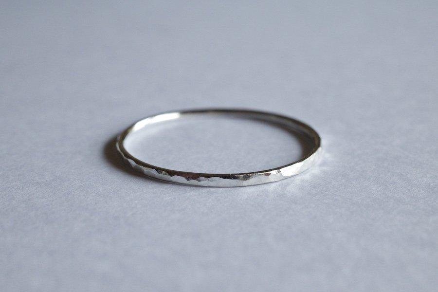 槌目の入った銀の華奢な指輪 / 1.0mm