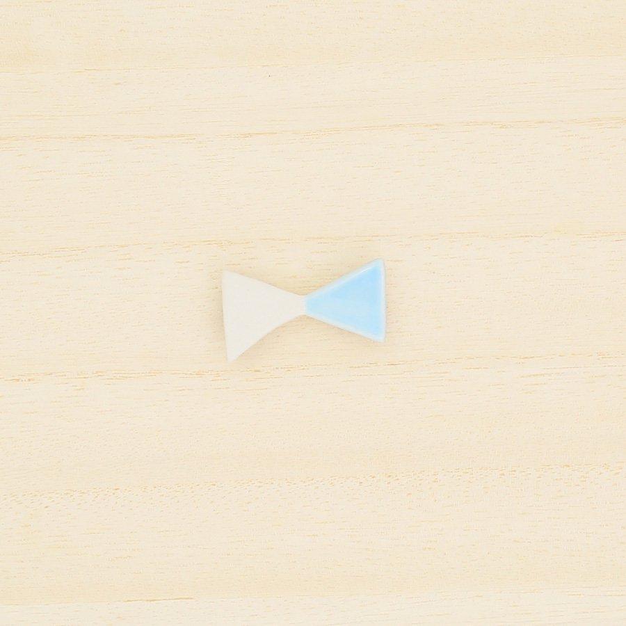 砥部焼・昭和製陶 − リボンブローチ 小・水色