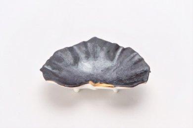 〇福泉窯 黒絞釉刷毛茎金彩 ツワ型小付