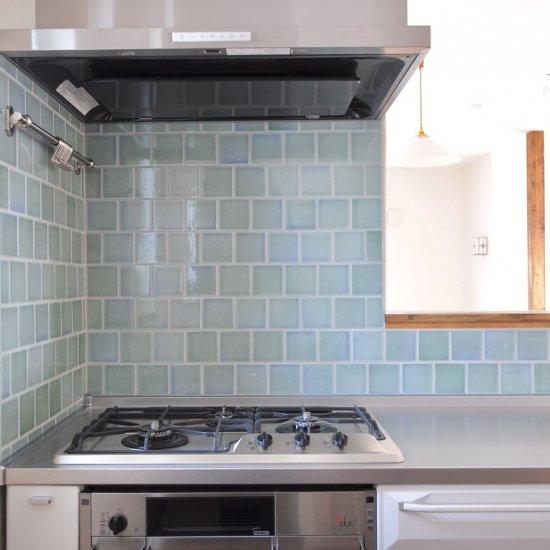 オリジナルタイル通販のタイルメイド 光と溶け合うクラックタイル 薄青緑 小口(ケース)