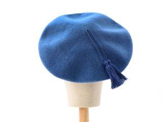 ブルーのタッセルつきベレー帽
