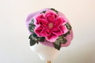 <img class='new_mark_img1' src='https://img.shop-pro.jp/img/new/icons14.gif' style='border:none;display:inline;margin:0px;padding:0px;width:auto;' />刺繍ローズアップリケのベレー