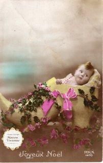 フランスアンティーク ポストカード Joyeux Noel ヒイラギで飾られた大きな木靴に入った赤ちゃん【普通郵便送料無料】