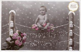 フランスアンティーク ポストカード 雪の中、薔薇まみれでくつろぐ赤ちゃん【普通郵便送料無料】