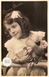 【未使用】フランスアンティーク ポストカード 薔薇を持つ巻髪の可愛い女の子【普通郵便送料無料】