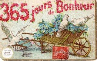 エンボス加工のアンティーク・ポストカード 忘れな草を載せた金色の手押し車に集まる白鳩さん【普通郵便送料無料】