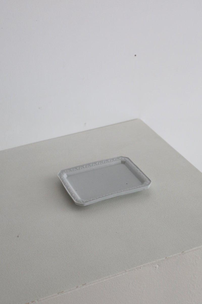 白磁型打タタラ猪目繋ぎリム角皿