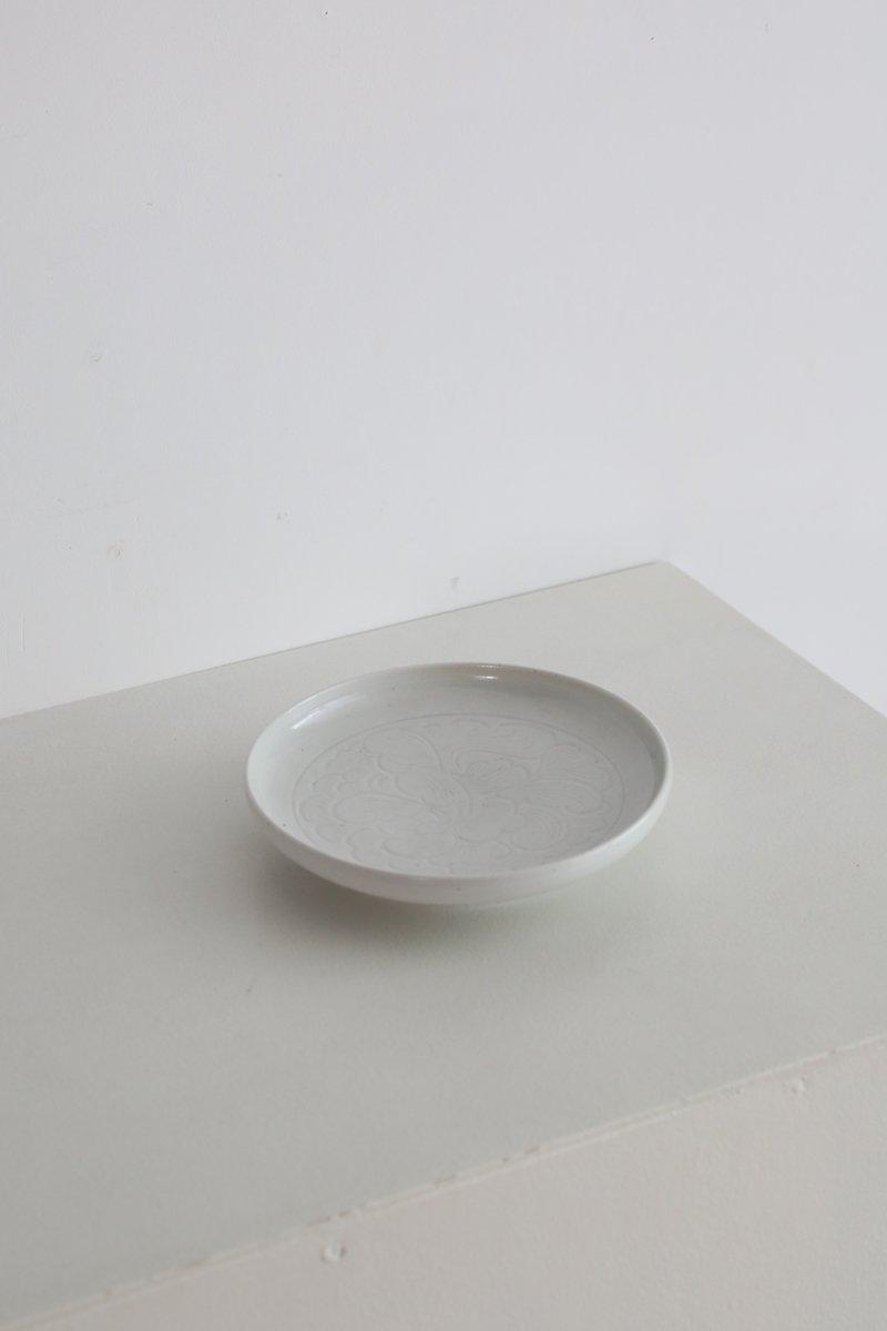 白磁陰刻花紋高脚皿