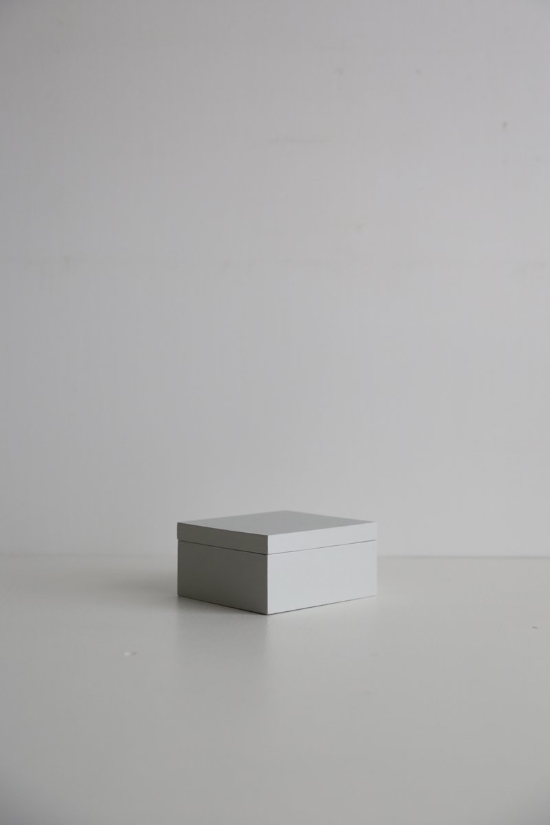 白とグレーの箱 ペールグレー