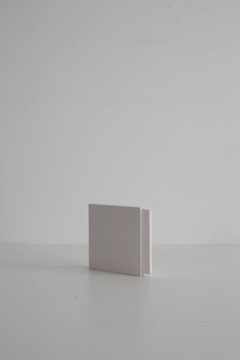 箱入りの正方形のノート グレー