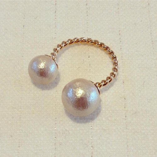 Cotton pearl W ring
