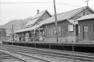 大夕張炭山駅ホーム 1972年5月