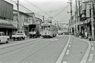 都電荒川線 小台-宮ノ前間 三ノ輪橋行き7504 奥が小台停留所 1975年6月