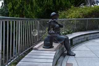 フルート吹く少女と猫 北野町広場