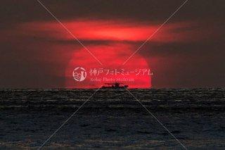 夕日と漁船
