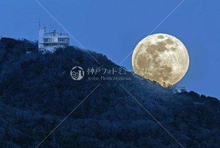 鉢伏山に昇る月 須磨浦回転展望閣