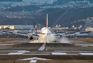 着陸の飛行機 伊丹空港