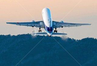 飛行機 夕景離陸 上昇の飛行機