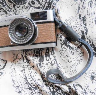 【新品】レザーカメラハンドリストストラップ ブラック《カメラ・レンズと同時購入で送料無料》